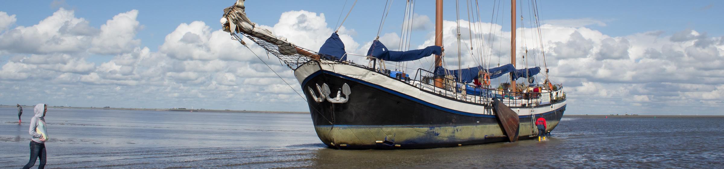 Trocken fallen mit Zeilklipper Gouwzee auf das Wattenmeer